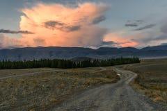 Camino del rosa de la puesta del sol de las nubes de las montañas Fotografía de archivo libre de regalías