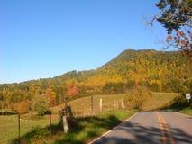 Camino del valle de la montaña imagen de archivo libre de regalías