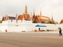Camino delante del palacio magnífico que es construido Fotos de archivo libres de regalías