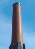 Camino della fabbrica del mattone rosso su cielo blu Immagine Stock