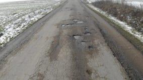 Camino destruido, área de tráfico difícil, amenaza del accidente de tráfico metrajes