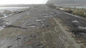 Camino destruido, área de tráfico difícil, amenaza del accidente de tráfico Campo, Ucrania almacen de video