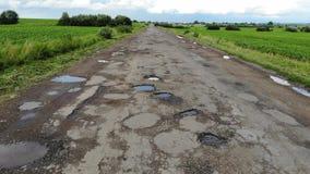 Camino destruido que necesita las reparaciones, campo, Ucrania almacen de metraje de vídeo