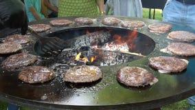 Camino di cura della griglia del barbecue del cuoco unico con carne tritata bollente per gli hamburger stock footage