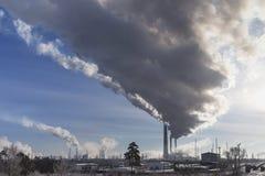Camino di fumo dei fabbricati industriali complessi Fotografia Stock Libera da Diritti