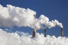 Camino di fumo dei fabbricati industriali complessi Immagine Stock