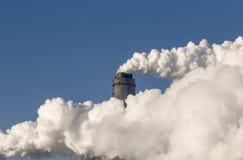 Camino di fumo dei fabbricati industriali complessi Immagini Stock
