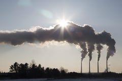 Camino di fumo dei fabbricati industriali complessi alto inquinamento dalla centrale elettrica del carbone Fumo contro il sole Fotografie Stock