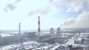 Camino di fumo del paesaggio aereo sulla fabbrica chimica in città moderna Fumo bianco dai tubi industriali sull'impianto di risc video d archivio