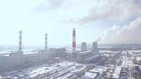Camino di fumo del paesaggio industriale sulla fabbrica di potere nella vista moderna del fuco della città Emissione di fumo dai  archivi video