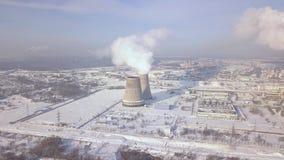 Camino di fumo sulla fabbrica nella vista del fuco di inverno Fumo industriale del paesaggio aereo dal tubo della caldaia Impiant archivi video