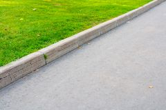 Camino e hierba asfaltados Foto de archivo libre de regalías