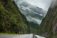 Camino en Alaska Imagen de archivo libre de regalías