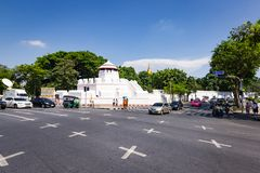 Camino en Bangkok con el fuerte de Phra Sumen en fondo Imagen de archivo