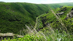 Camino en barranco armenio profundo metrajes