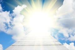 Camino en cielo azul con las nubes blancas Fotografía de archivo