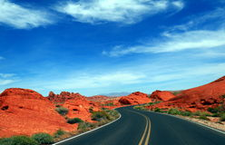 Camino en desierto fotos de archivo