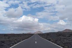Camino en el área volcánica de Lanzarote, España imagen de archivo libre de regalías