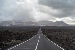 Camino en el área volcánica de Lanzarote, España, canario fotos de archivo