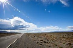 Camino en el desierto del Patagonia Imagenes de archivo