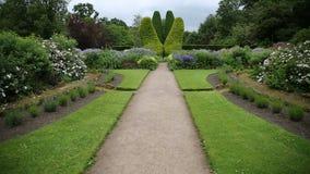 Camino en el jardín del castillo, Reino Unido metrajes