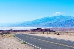 Camino en el parque nacional de Death Valley, los E.E.U.U. Fotos de archivo libres de regalías
