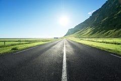 Camino en el verano Islandia fotografía de archivo