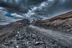 Camino en Himalaya con las montañas Imagenes de archivo