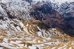 Camino en la alta montaña con textura de la nieve - en la manera a Grossglo Foto de archivo libre de regalías