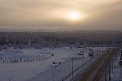 Camino en la calle del norte del invierno Tarde, puesta del sol Fotos de archivo libres de regalías