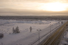 Camino en la calle del norte del invierno Tarde, puesta del sol Fotos de archivo