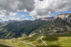 Camino en la montaña y el cielo nublado Foto de archivo