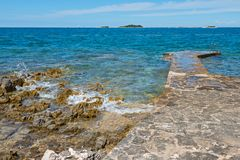 Camino en la playa rocosa en Istria Imagenes de archivo