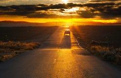 Camino en la puesta del sol imagenes de archivo