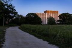Camino en la puesta del sol - hospital estatal abandonado de la grava Fotos de archivo libres de regalías