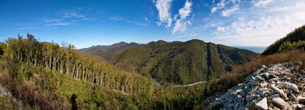 Camino en las montañas, bajo línea eléctrica Imagen de archivo