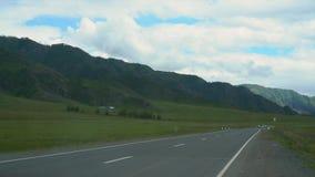 Camino en las montañas con los coches almacen de metraje de vídeo