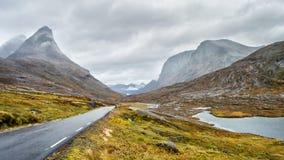 Camino en las montañas de Noruega fotos de archivo libres de regalías