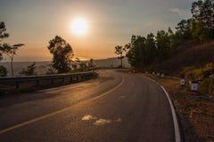Camino en las montañas en la puesta del sol Imágenes de archivo libres de regalías