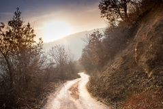 Camino en las montañas que van abajo Imágenes de archivo libres de regalías
