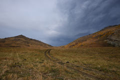 Camino en las montañas y las nubes del cielo imagenes de archivo
