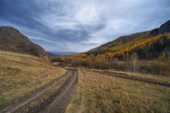 Camino en las montañas y las nubes del cielo fotografía de archivo