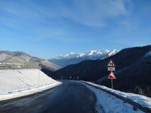 Camino en montañas Fotos de archivo libres de regalías
