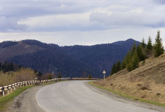 Camino en montañas cárpatas Fotos de archivo