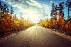 Camino en montañas del otoño Imagenes de archivo