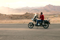 Camino en mountines Motocicleta del montar a caballo del hombre Imágenes de archivo libres de regalías
