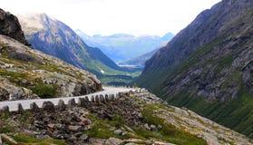 Camino en Noruega, rodeada por las montañas fotografía de archivo
