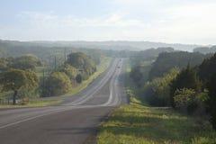 Camino en Texas Hill Country cerca del ocaso Foto de archivo