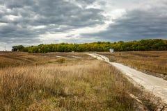 Camino en un campo de oro del otoño en un día soleado Paisaje hermoso fotografía de archivo