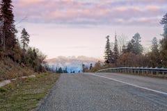 Camino en un paso de montaña fotos de archivo